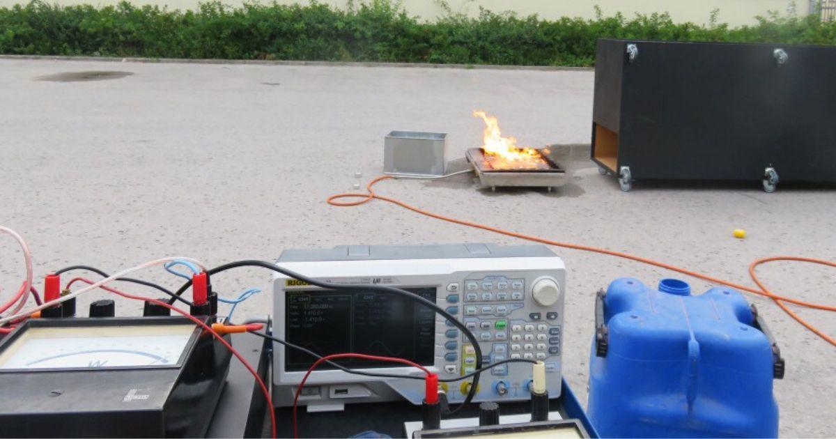 Gaśnica gasi płomienie dźwiękiem