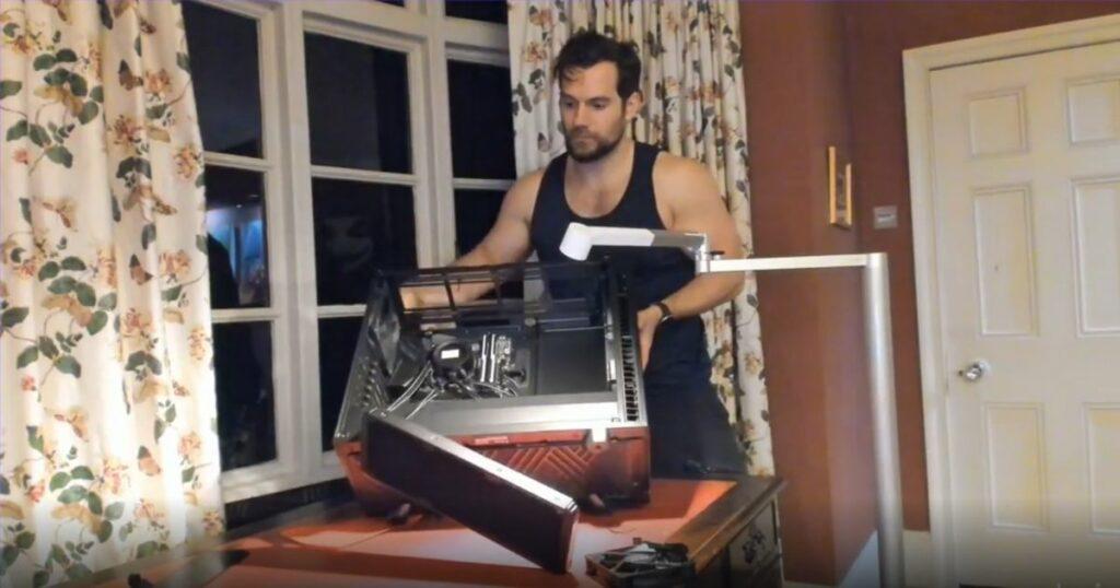 Henry Cavill buduje komputer